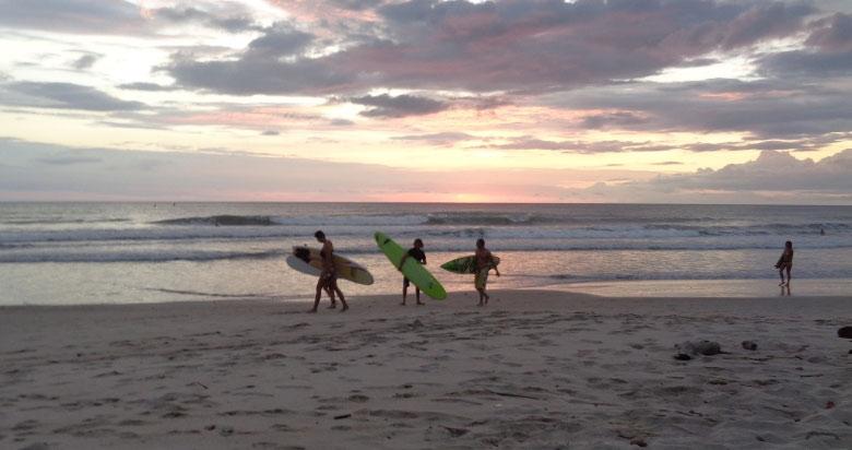 Surfer am Strand von Santa Teresa, Costa Rica