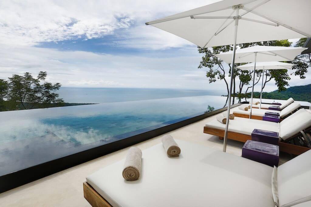 Infinity Pool mit Aussicht | Foto: Kurà Design Villas