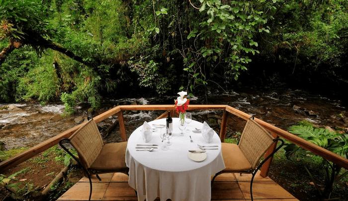 Dinner nahe am Fluss |Foto: El Silencio Lodge & Spa