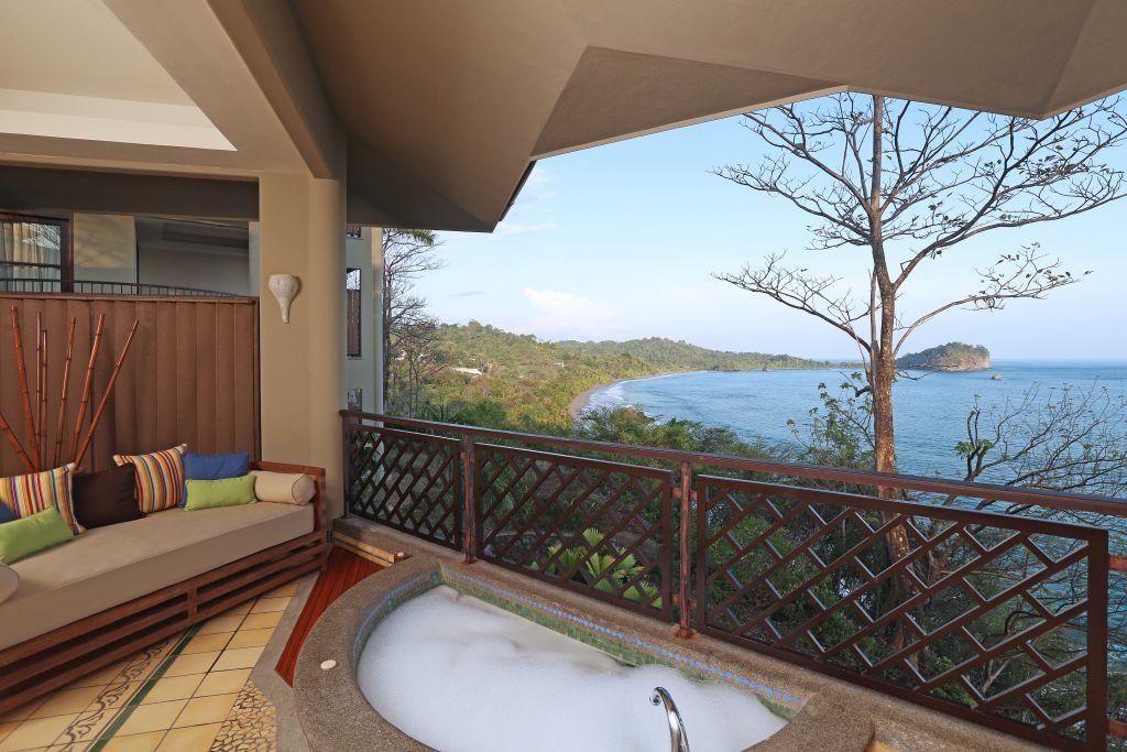 Zimmer mit Jacuzzi und Aussicht | Foto: Hotel Arenas del Mar Beachfront & Rainforest Resort