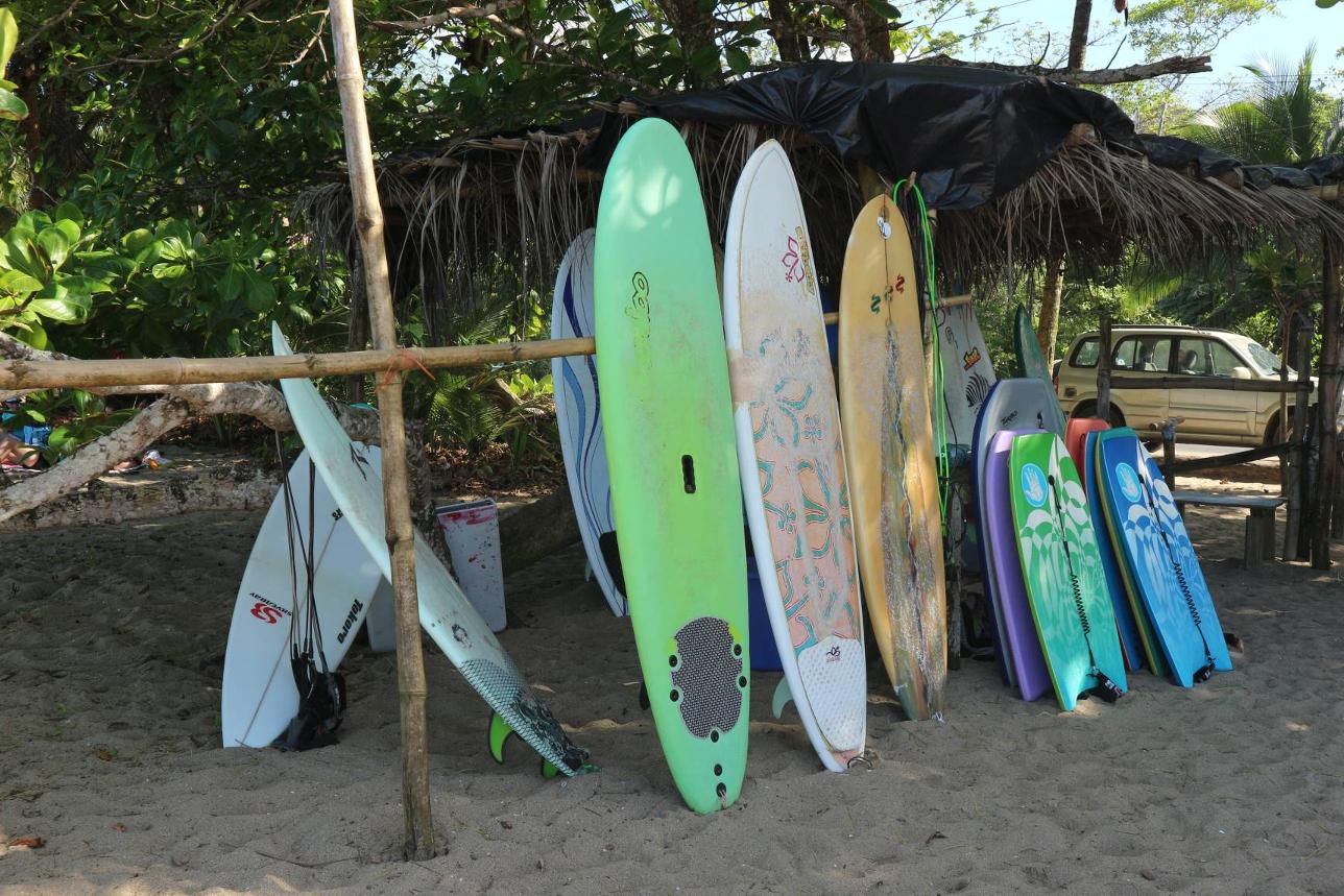 Surfen ist ein Must Do in Costa Rica, Karibik Süd