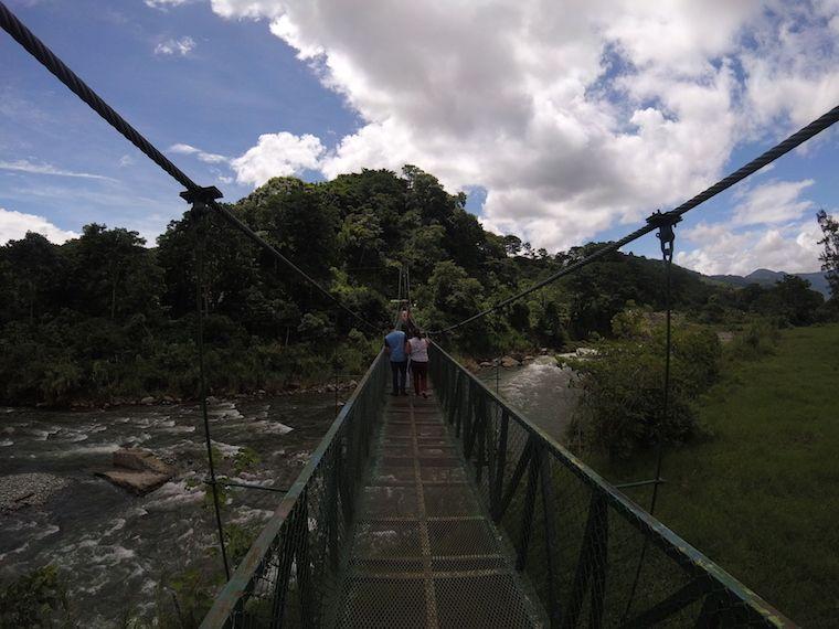 Hängebrücke über dem Fluss Orosi